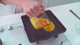 후라이팬에 계란 두르는 모습