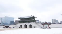 서울 종로구 경복궁 눈 내리는 겨울 풍경을 즐기는 사람들