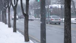 경기도 동두천 눈 내리는 도심 거리와 지나가는 자동차 겨울 풍경