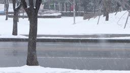 경기도 동두천 눈 내리는 도심 거리의 사람들과 지나가는 자동차 겨울 풍경