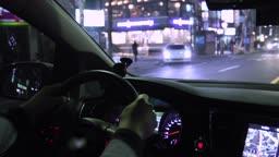 서울 도심 속 도로를 달리는 자동차 내부 시선 밤 풍경