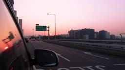 서울 마포대교를 달리는 자동차 일몰 풍경
