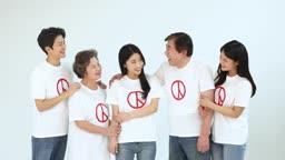한국인 5명이 선거 투표 독려를 위해 서로 마주보면서 웃는 모습