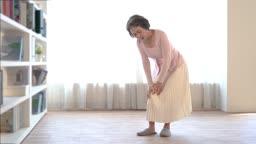 무릎 관절 통증으로 괴로워하는 60대 여자