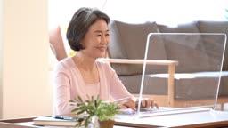 디지털기기를 이용하는 60대 여자