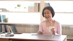 디지털기기를 사용하며 즐거워하는 60대 여자