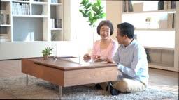 디지털기기를 이용해 화상통화를 하며 즐거워하는 60대 부부
