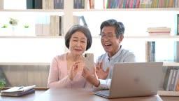 스마트폰으로 화상통화하며 행복해하는 60대 부부