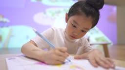 키즈카페 그림 그리는 어린이
