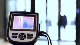 코로나19 예방을 위해 건물 출입구에서 작동 중인 열화상 카메라