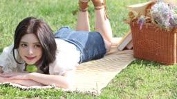 공원 돗자리 위에 누워 바캉스를 즐기는 20대 여성