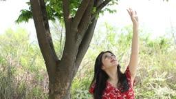 공원 나무 밑에서 휴식을 가지는 20대 여성