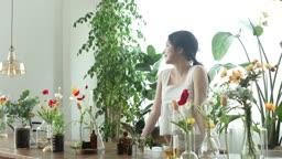 실내 정원에서 미소를 짓는 20대 여성