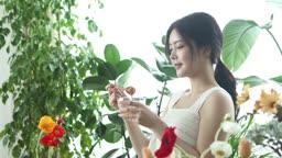 실내 정원에서 떨어지는 꿀을 바라보는 20대 여성