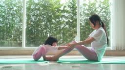 엄마와딸 요가 운동 장난치는 모녀 모습