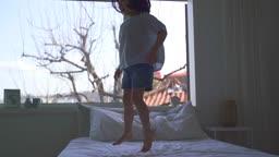 엄마와딸 침실에서 뛰어노는 어린이 모습