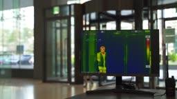 코로나바이러스 서울 도심 회사 출근하면서 열화상 카메라 통과하는 직장인 모습