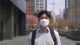 코로나바이러스 서울 도심 출근 길 마스크 벗으며 마스크 던지는 직장인 모습