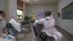 코로나바이러스 병원 마스크 벗으며 힘들어 하는 방호복 입은 의료진 모습