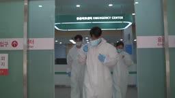 코로나바이러스 병원 마스크 벗으며 미소짓는 방호복 입은 의료진 모습
