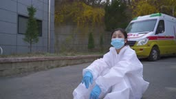 코로나바이러스 바닥에 앉아 마스크 벗으며 미소짓는 방호복 입은 의료진 모습