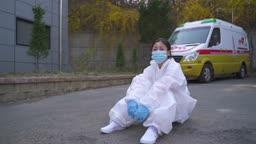 코로나바이러스 바닥에 앉아 마스크 벗으며 엄지척하는 방호복 입은 의료진 모습