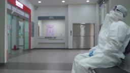 코로나바이러스 병원 힘들어하는 방호복 입은 의료진과 환자 이송을 위해 뛰어나가는 의료진 모습
