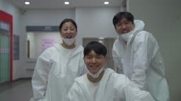 코로나바이러스 병원 미소짓는 방호복 입은 의료진 모습