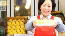 소상공인 과일가게 과일 보여주며 장사하는 사장님 모습