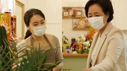 소상공인 꽃가게 마스크 쓰고 고객 응대하는 사장님 모습