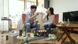 집콕문화 집에서 캠핑 분위기 내며 술 마시는 커플 모습