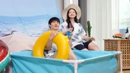 집콕문화 집에서 수영장 분위기 호캉스 즐기는 커플 모습