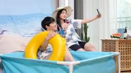 집콕문화 집에서 수영장 분위기 호캉스 즐기며 셀프카메라 촬영하는 커플 모습
