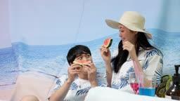 집콕문화 집에서 바닷가 분위기 호캉스 즐기며 수박 먹는 커플 모습