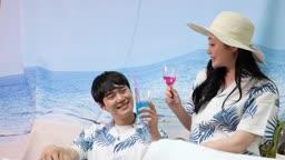 집콕문화 집에서 바닷가 분위기 호캉스 즐기며 스파클링 음료 먹는 커플 모습