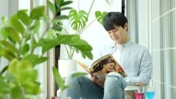 집콕문화 집에서 잡지보며 호캉스 즐기는 젊은남자 모습