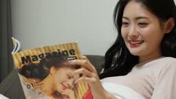 집콕문화 집 침실에서 잡지보며 호캉스 즐기는 젊은여자 모습