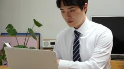 집에서 재택근무 하는 젊은남자 비즈니스맨 모습