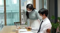 집에서 마스크 착용하고 재택근무 하는 젊은남자 비즈니스맨과 젊은여자 모습