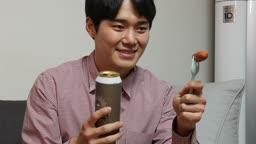 집콕문화 집에서 맥주 마시며 호캉스 즐기는 젊은남자 모습