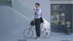스타트업비즈니스 자전거 앞 커피 마시는 청년 모습