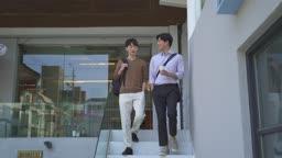 스타트업비즈니스 이야기 나누며 계단 내려오는 청년들 모습