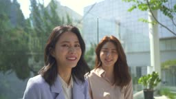 스타트업비즈니스 야외 테라스에서 환하게 웃는 청년과 여성 CEO 모습