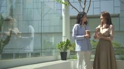 스타트업비즈니스 야외 테라스에서 이야기 나누는 청년과 여성 CEO 모습