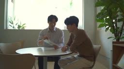 스타트업비즈니스 태블릿PC를 이용하여 회의하는 청년들 모습