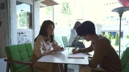 스타트업비즈니스 테이블에 앉아 회의하는 청년들 모습