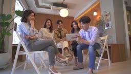 스타트업비즈니스 라운지에 모여 회의하는 청년들과 여성 CEO 모습