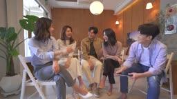 스타트업비즈니스 라운지에 모여 환하게 웃는 청년들과 여성 CEO 모습