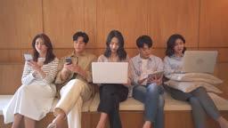 스타트업비즈니스 전자기기 사용하는 청년들과 여성 CEO 모습