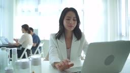 스타트업비즈니스 노트북 사용하는 여성 CEO 모습
